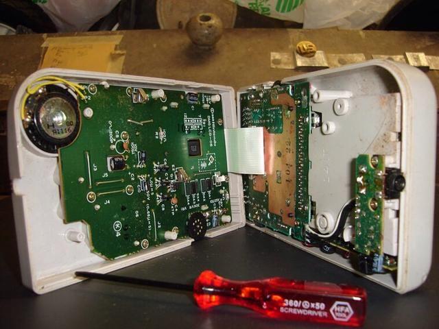 el primer paso es quitar los tornillos. Hay seis triwings en la parte posterior de la DMG. Cuatro son visibles, y dos están ocultos bajo el compartimiento de la batería. asegúrese de que usted no't loose these screws.